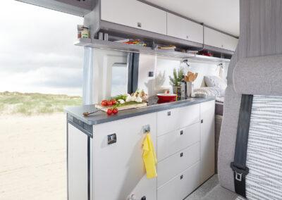Interiér obytného auta s kuchyní