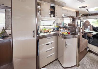 mala-karavan-interier-kuchyn