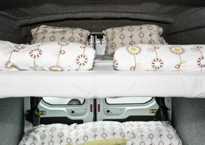 Camper s postelí